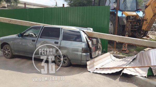 В Воронеже бетонный столб раздавил ВАЗ