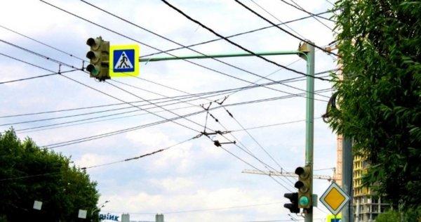 В Челябинске водители обсуждают необычную подсветку на светофоре