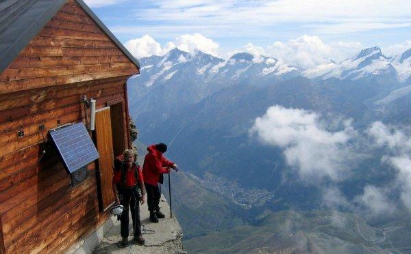 Художница с Аляски показала увлечение туристов одинаковыми фото