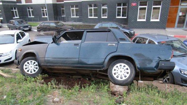 Пьяный водитель ВАЗ-2107 сбил столб и повредил четыре машины в Ижевске