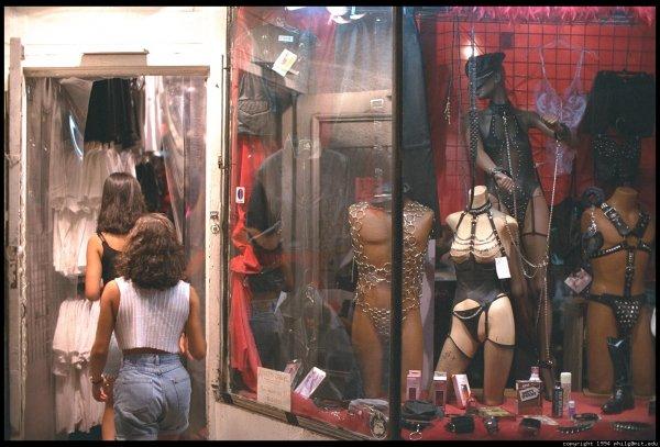 Секс-шоп в США установил кабинки для анонимного секса