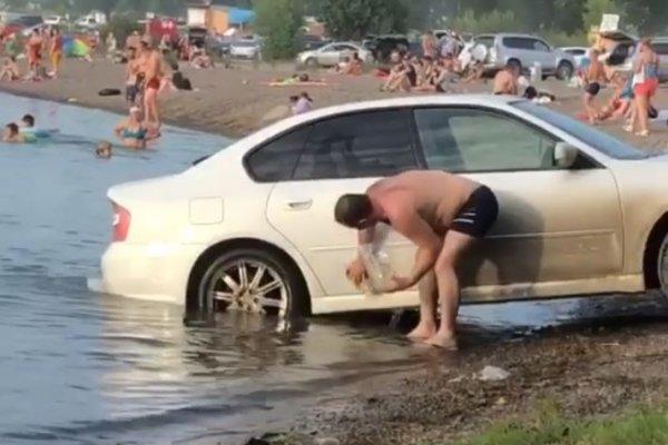 В Красноярске автохам заехал в озеро с детьми, чтобы помыть машину