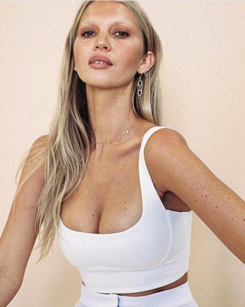 Популярная модель призналась, как без операции увеличила грудь на два размера