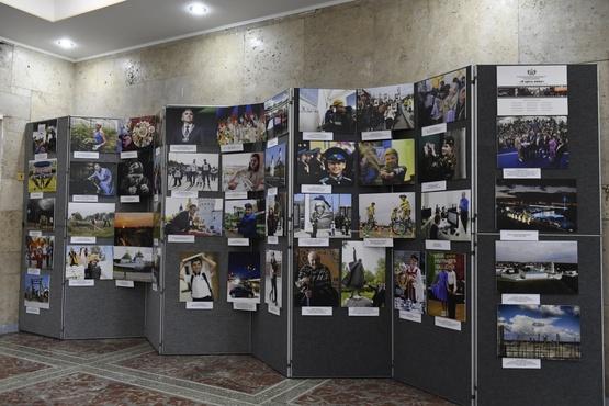 Журналисты со всей России делают селфи на фоне стенда Тюменской области