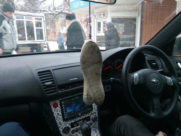 Стельки вместо «ёлочки»: Самый бюджетный ароматизатор в Subaru высмеяли в сети
