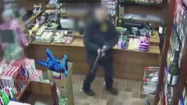 Повздорив с продавцом, россиянин схватился за автомат – видео