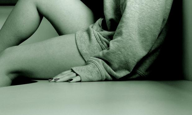 Мужчина ударил собственную жену сковородкой и изнасиловал ее
