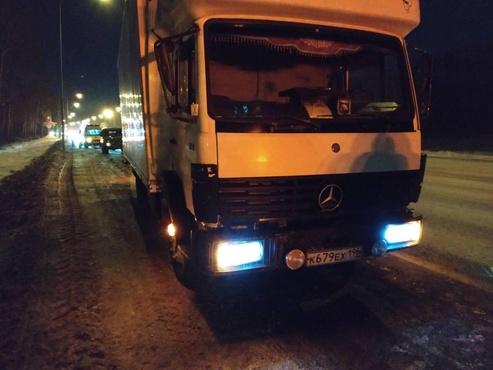 На тюменской трассе мужчина погиб под колесами грузовика