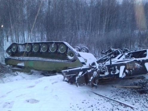 В Сети появились фото и видео сошедших с рельсов вагонов с военной техникой