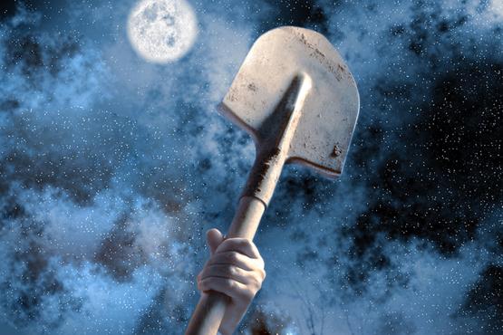 Под Тюменью женщина била сожителя деревянной лопатой, пока она не сломалась
