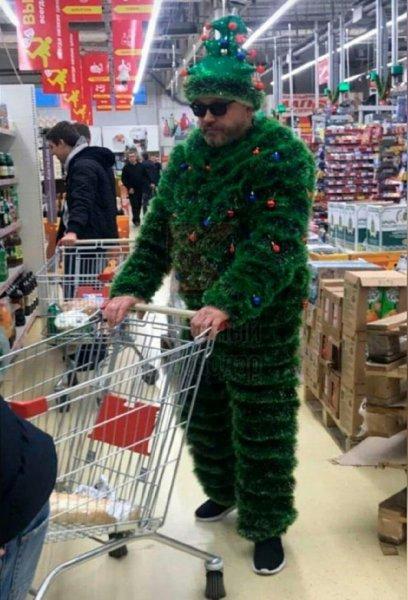 Упитанная Елочка: Ростовчане обсуждают фото мужчины в костюме елки