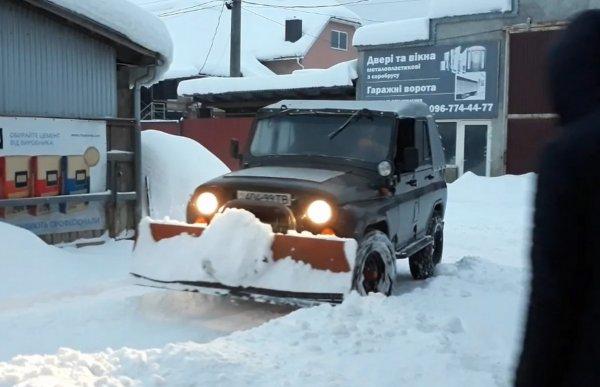 Суровый дворник: УАЗ «Хантер» переделали в снегоуборочный автомобиль