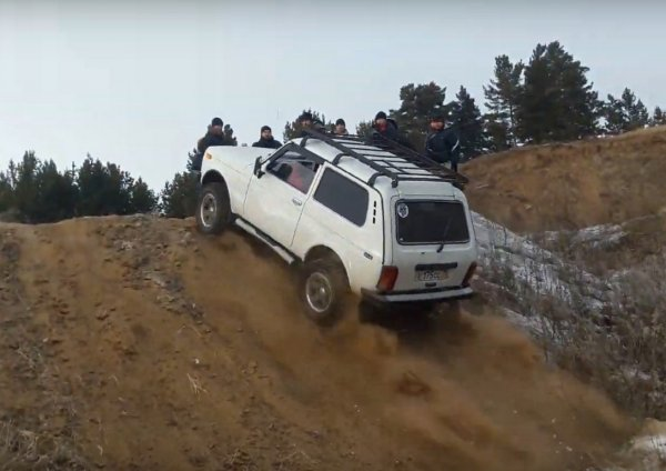 «Нива» уделала Land Rover Discovery и Pajero Sport на офф-роуде