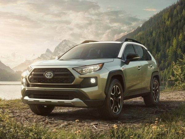 «Машина хороша, тест-драйв – дно»: Снятый на «тапок» обзор Toyota RAV4 высмеяли в сети