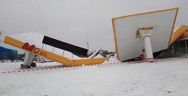 Под тяжестью снега рухнула крыша заправочной станции – видео