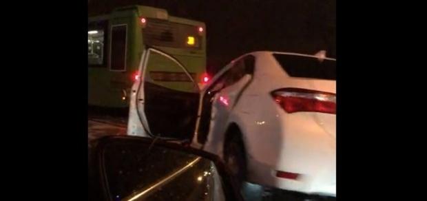 Три человека пострадали в столкновении автобуса и легковушки в Тюмени