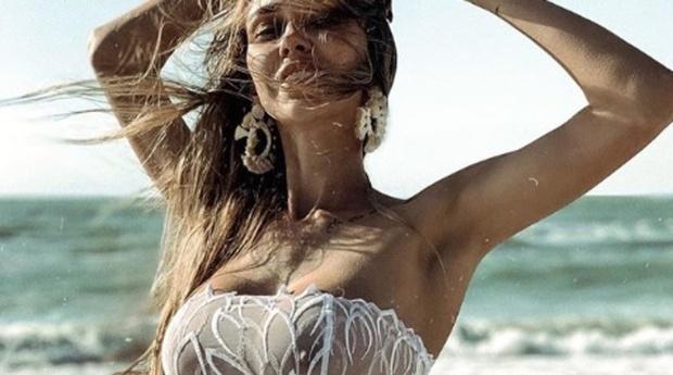 Россиянка показала грудь под прозрачным купальником