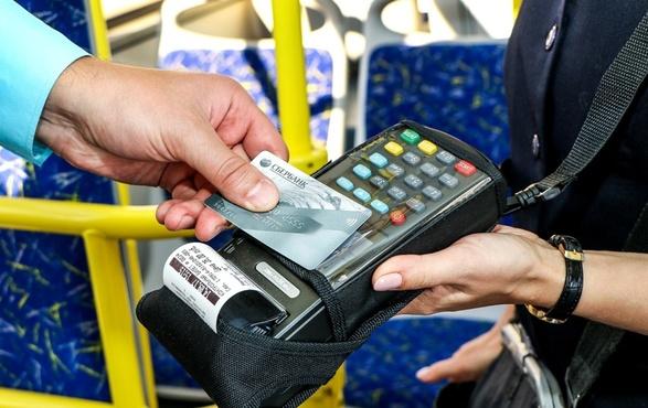 Теперь тюменцы одной банковской картой могут оплатить проезд в автобусе за себя и за друга
