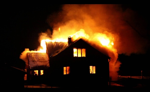 Трое пострадали, один погиб: ночью в Югре сгорел многоквартирный дом
