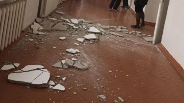 Стало известно, что будет с ишимской школой, где с потолка посыпалась штукатурка
