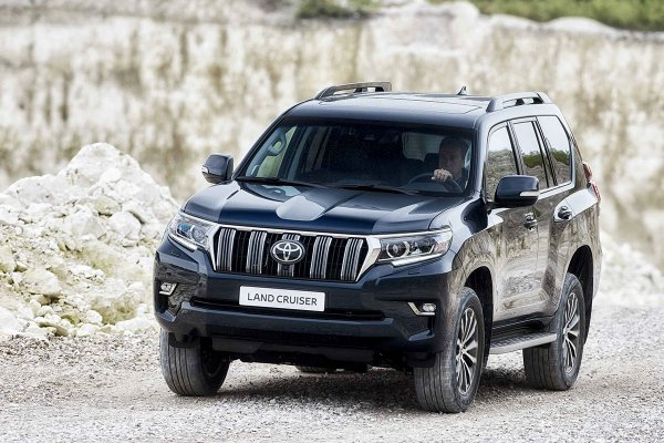 Непредсказуемая ничья: Toyota Prado и Volkswagen Touareg посоревновались в перетягивании каната