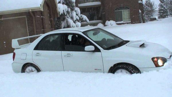Снежный плен: как выбраться из сугроба на авто