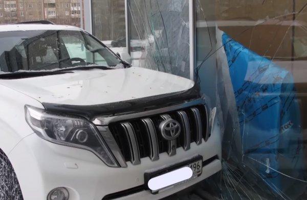«Дьявол косит Прадо»: В Нижнем Тагиле произошла «засадная» авария с участием Toyota LC Prado и автосалона