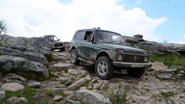 «Копейка-ледокол» против Нивы»: Два российских автомобиля испытали в пересечении ледяной речки