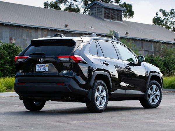 «Настоящий самец»: Стопроцентный городской кроссовер Toyota RAV4 впечатлил экспертов