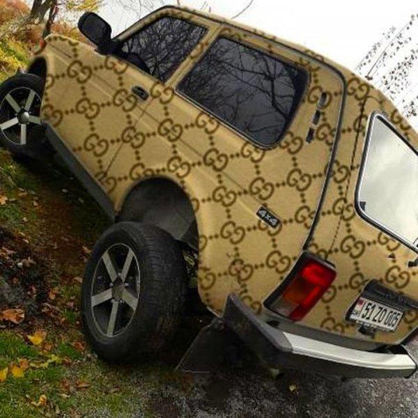 «Сельский гламур»: Необычную «Ниву» в кузове «от Гуччи» высмеяли в сети