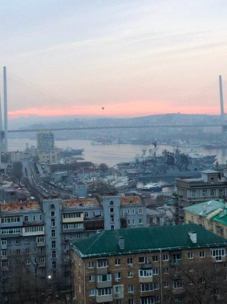 Над Золотым мостом во Владивостоке появился воздушный шар