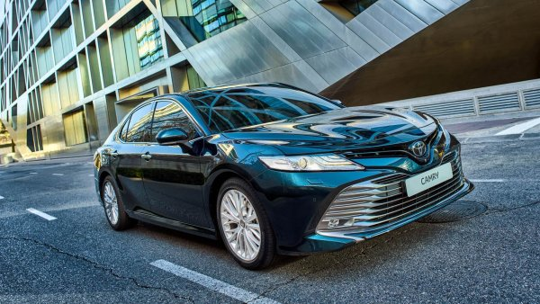 «Эту кастрюлю ещё надо умудриться купить!»: Известный блогер «разнёс» Toyota Camry, сравнив её с KIA Optima