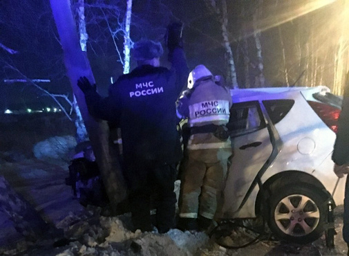 В Тюмени иномарка влетела в столб, водитель погиб - фото с места ЧП