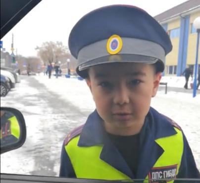 На первый раз прощаю: тюменцев порадовал мальчик, переодетый в сотрудника ГИБДД - видео