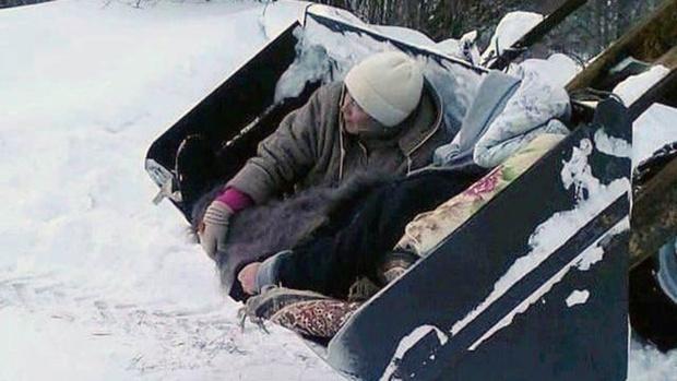 Пациентку пришлось доставить до скорой в ковше трактора