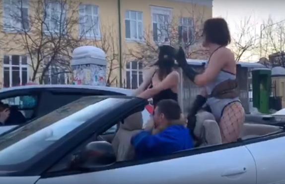 В Тюмени полицейские обратили внимание на блогера, который разъезжал по городу с полуголыми танцовщицами