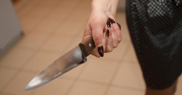 Тюменка воткнула нож в спину мужчины, который обидел ее супруга