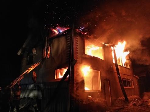 Пожар начался с ванной: в Югре из дома эвакуировали взрослых и детей, есть погибший