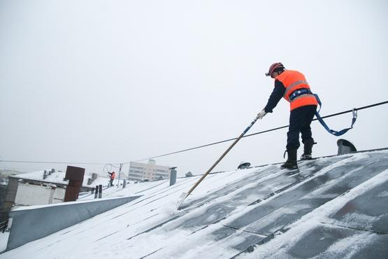 В Тюмени работников организации наказали за опасную очистку крыши колледжа от снега