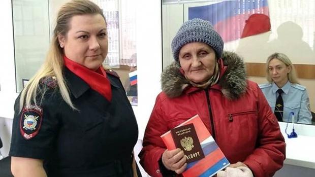 Спустя 27 лет после распада СССР жительница Омска впервые получила российский паспорт