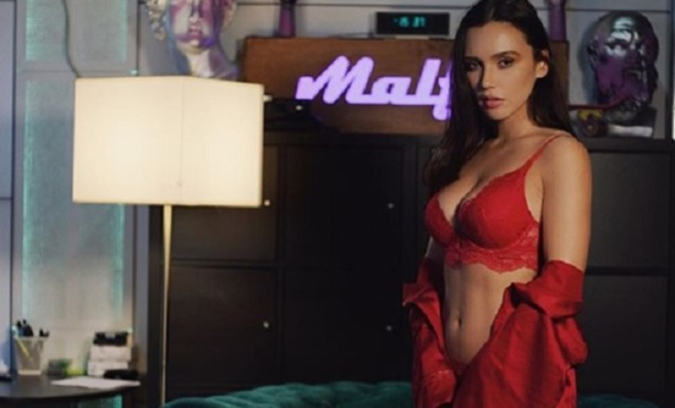 Полуголая певица Молли показала подарок на 14 февраля
