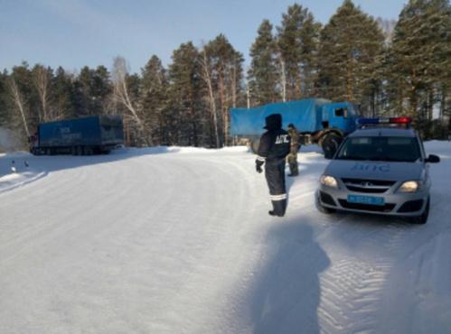 Тюменские полицейские помогли пожилым людям, которые в мороз застряли на трассе с маленьким внуком
