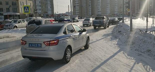 В Сургуте торопливый водитель пытался проскочить на желтый свет и едва не угробил ребенка