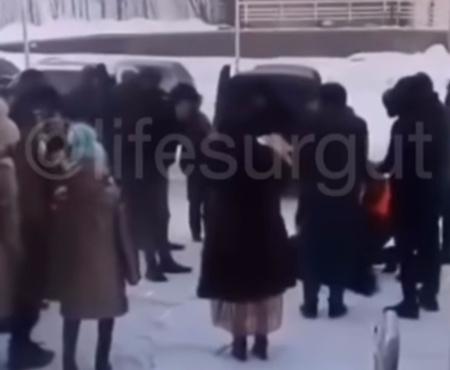 Радостное событие югорчанин отметил кровавым жертвоприношением возле роддома: видео