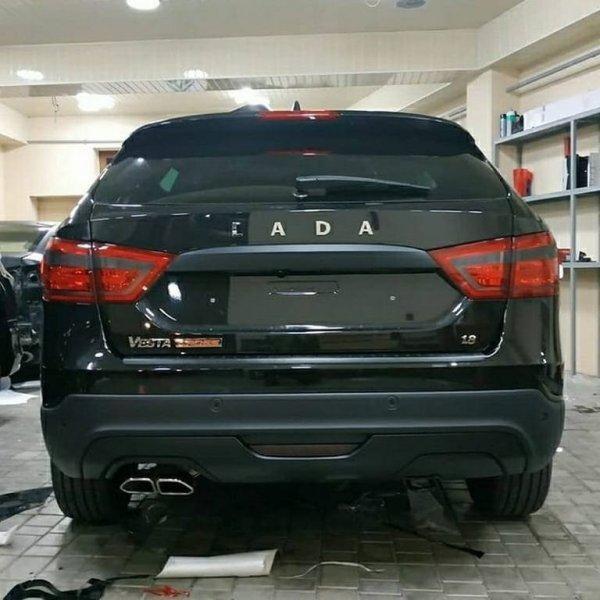 «Черная мамба»: Тонированная LADA Vesta SW Cross «для кротов» удивила сеть