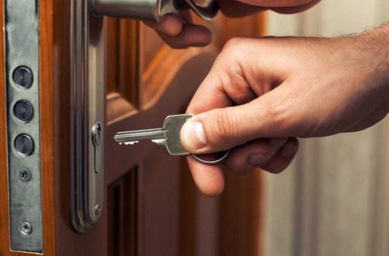 За порогом дома: что делать, если не удается войти в собственное жилище