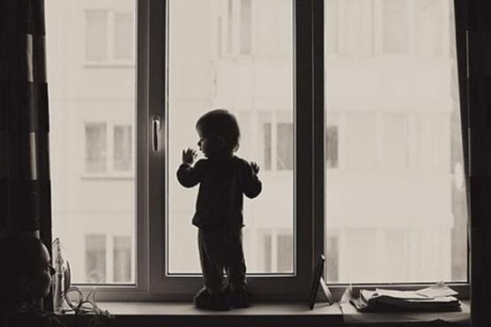 Тюменские следователи рассказали, из-за чего на Муравленко из окна выпал маленький мальчик