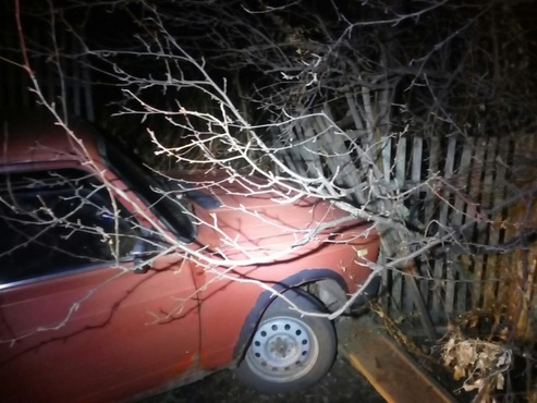 В Тюменской области водитель легковушки врезался в забор и погиб