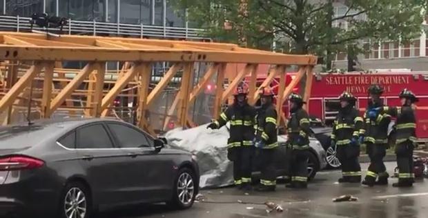 Упавший башенный кран раздавил автомобили: четверо погибших