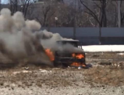 Неблагополучный район: тюменцы подожгли машину на заброшенной парковке